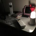 夜中のベッドサイドで手元を照らすのに最適な「乾電池式 LEDセンサーライト BSL40SL」