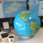 風船地球儀「グローブボール(行政)」でコーヒー豆の生産国を確かめながらコーヒーブレイク