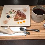 中道通りのセレクトショップ奥にある「Shower Party Cafe」で「りんごのクランブルタルト」を味わう
