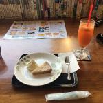 吉祥寺「カフェフレンズ」で「ベイクドチーズケーキ」と「手作りにんじんりんごジュース」をいただく