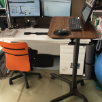 仕事机のサイドデスクに「上下昇降式デスク」を採用してスタンディングデスクとしても活用