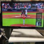 大谷翔平選手の活躍見たさに仕事部屋に BS 放送の映るテレビを加えて 4台の「クワッドモニター」体制に