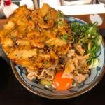 「いぶきうどん吉祥寺」で海鮮かき揚げと揚げいりこを盛った「豚釜玉うどん」の立ち食いうどんランチ