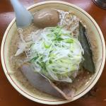「ホープ軒本舗 吉祥寺店」で背脂豚骨醤油スープの味と香りが食欲をそそる「中華そば」をいただく