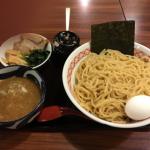 「めん家 福みみ堂」の「濃厚煮干しつけ麺」は味変用の「辛子高菜」をたっぷり使ってさらにおいしい