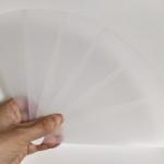 """<span class=""""title"""">暑い季節に洗える半透明「プラスティック扇子」はタフに使えて飛沫防止にも多少は有効かも</span>"""