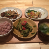 「鹿屋アスリート食堂 丸の内店」で一汁一飯三主菜の栄養バランスのよい定食を堪能